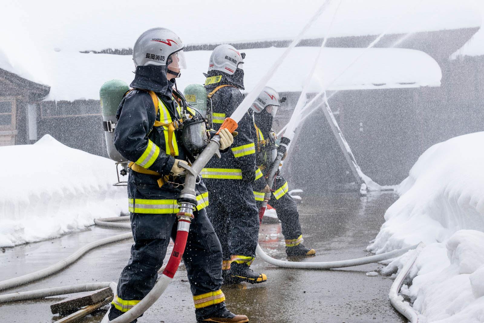 消防隊員の放水の様子