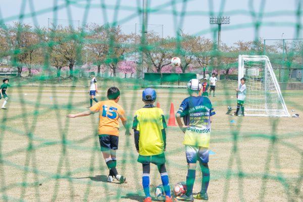 小学生のサッカーの練習
